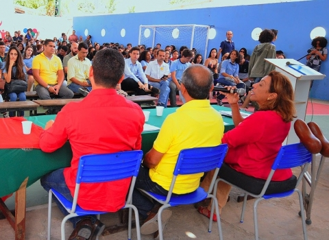 Cida critica ausência de Cartaxo em debate promovido em escola pública